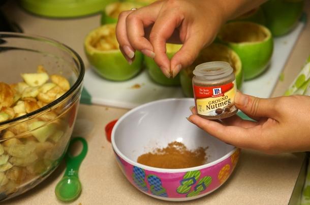 add nutmeg to apple pie