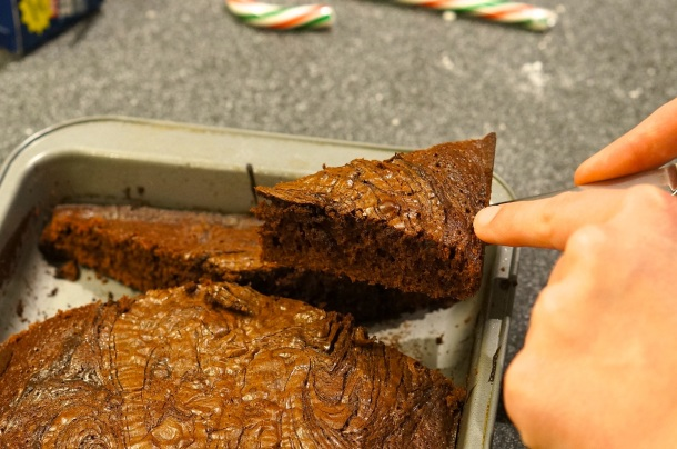 cut brownies like christmas tree